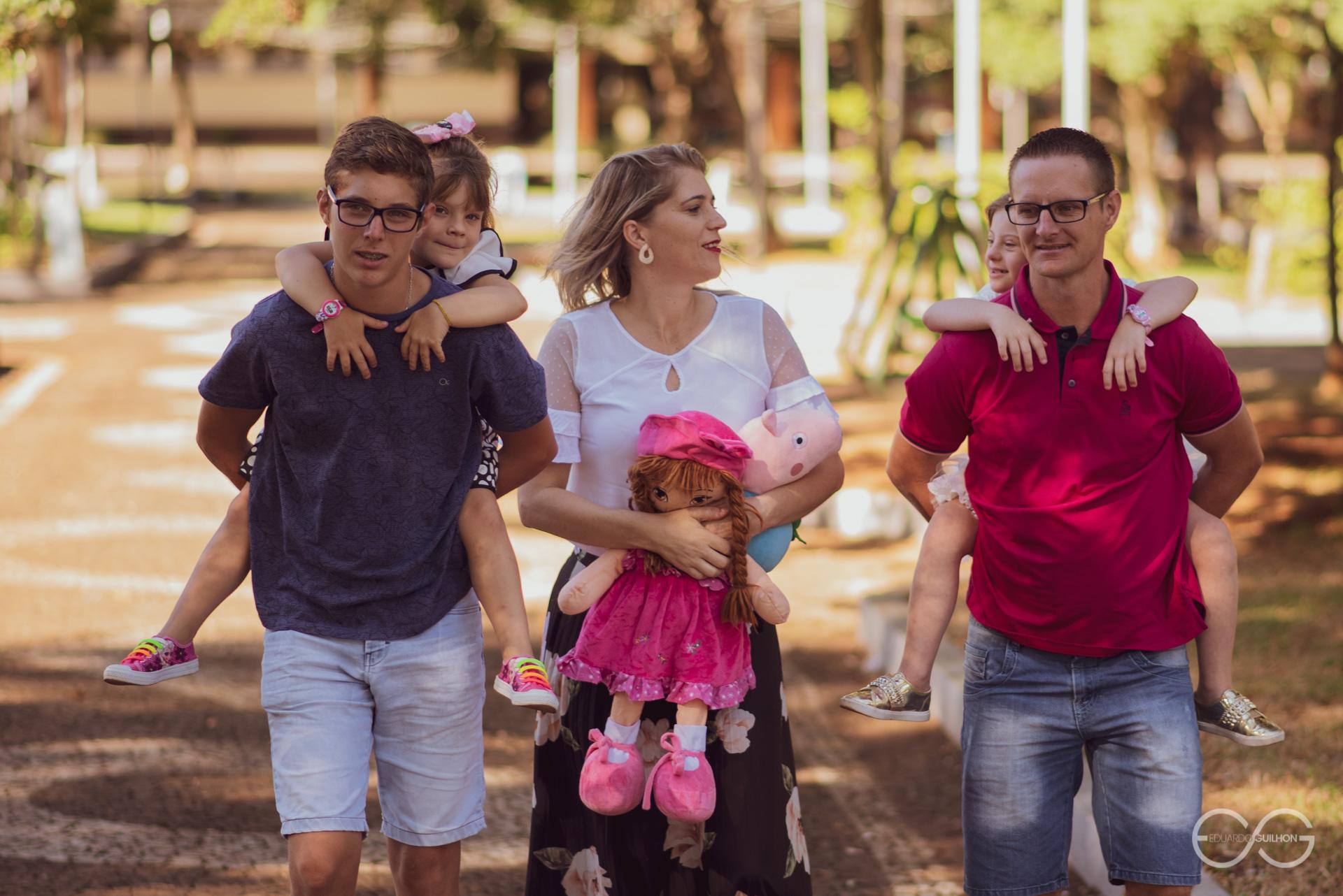 Gabriel com a Amanda nas costas, Sueida segurando as bonecas e o Claudionei com a Kelly nas costas
